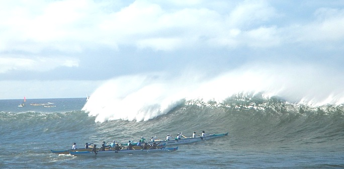 Large waves swamp 10 boats before start of Na Wahine O Ke Kai race
